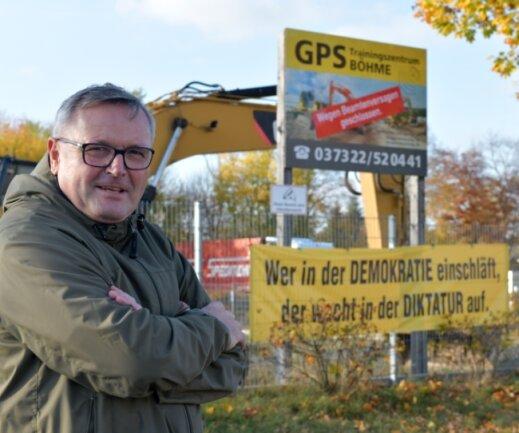 Michael Böhme vor seinem ehemaligen GPS-Trainingszentrum für Baumaschinisten im Gewerbegebiet Rotvorwerk. Der Unternehmer will vor das Oberlandesgericht ziehen, nachdem das Landgericht seine Schadensersatzforderung gegen die Stadt Freiberg abgewiesen hat.