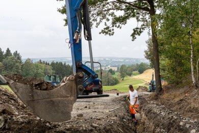 Mehr als eine Reparatur: Zwischen Schnarrtanne und Rützengrün wird die Straße auf 5,50 Meter Fahrbahnbreite ausgebaut. Bis Ende November sollen die Arbeiten, die der Landkreis finanziert, abgeschlossen sein.