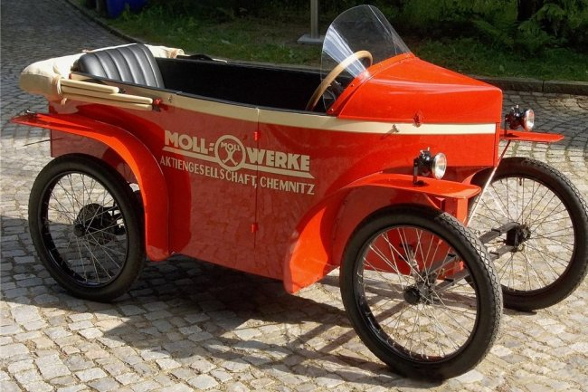 Das Mollmobil aus dem Jahre 1925 ist eine große Seltenheit. Hergestellt wurde dieses Kleinstautomobil, in dem zwei Personen hintereinander sitzen konnten, in Chemnitz. Der Motor stammt von DKW.