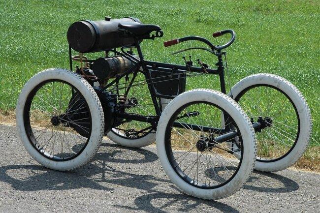 Das Quadricycle von De Dion-Bouton wurde 1899 gebaut. Vermutlich ist der Einsitzer das einzige noch existierende Fahrzeug dieses Typs. Ein Einzylinder macht das Gefährt bis zu 50 km/h schnell.