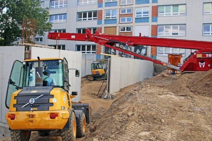 Auf der Hofseite der Grundschule Brand-Erbisdorf laufen die Arbeiten für den neuen Anbau. Bis zum dritten Quartal nächsten Jahres soll gebaut werden.