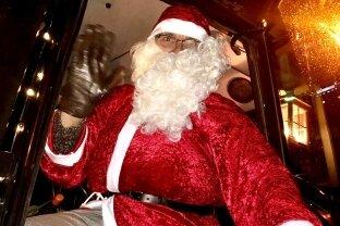 Der Weihnachtsmann kam mit dem Traktor.
