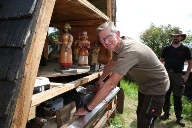 Dietmar Lenhart (vorn) und Kai Schuffenhauer packten bei der Rekonstruktion der Harry-Schmidt-Pyramide in Bermsgrün mit an.