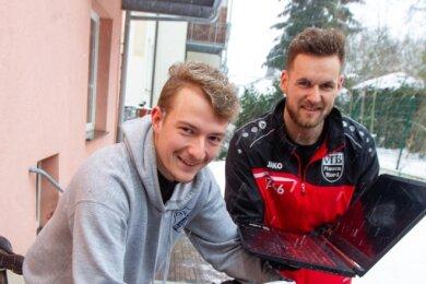Nils Bauer (links) und Jan Zimmermann haben das Turnier um den ersten Vogtland-Cup im Onlinefußball ins Leben gerufen, das am Samstag beginnt. Parallel dazu knüpften sie Kontakte zu einem Online-Spieler aus Saarbrücken, der mit einer schweren Erkrankung kämpft. Sie sammeln Spenden für ihn, die sie mit dem Fahrrad ins Saarland bringen wollen.
