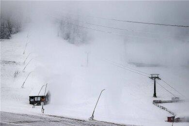 Schneekanonen sprühen Kunstschnee auf den Hang am Fichtelberg in Oberwiesenthal. Sachsens Wintersportregionen haben den Dezember wegen der Corona-Beschränkungen abgeschrieben, wollen aber auf jeden Fall vorbereitet sein, falls die Skigebiete wieder öffnen können.