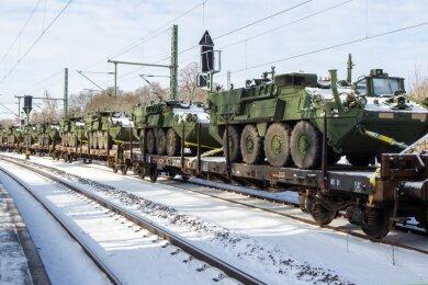 Etwa 40 Armeefahrzeuge standen seit Sonntagabend auf einem Militärtransportzug am Bahnhof Mehltheuer.