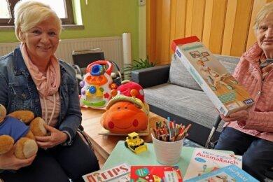 Dorothea Markgraf (links) und Helga Tafelski haben für die Krabbel-Wusel im neuen Treffpunkt Zillestraße viele Spielsachen gekauft.