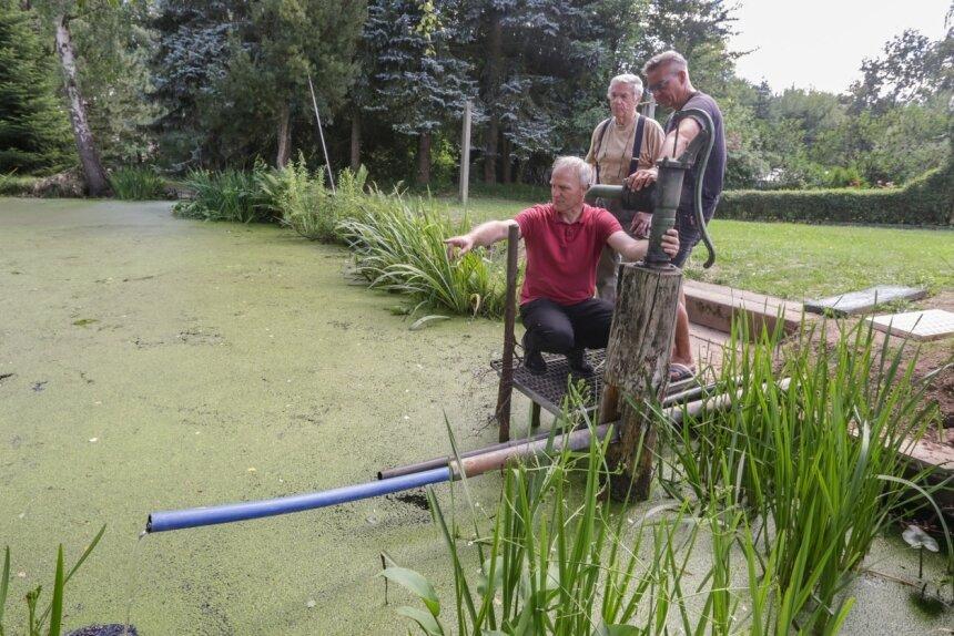 Stadtrat Bernhard Herrmann, Anwohner Günther Bunk und Ortsvorsteher Lutz Neubert (von links) haben mit Unterstützung weiterer Grünaer eine neue Zuleitung zum Teich am Nebelgut gebaut. Sie wollen ihn damit vor dem Austrocknen bewahren.