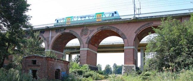 Das Steinpleiser Viadukt hat wie ihre Schwester in Leubnitz einen modernen Nachbarn bekommen.