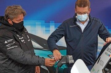 Fahrer Rainer Zietlow (links) und VW-Geschäftsführer Reinhard de Vries beim Nachtanken.