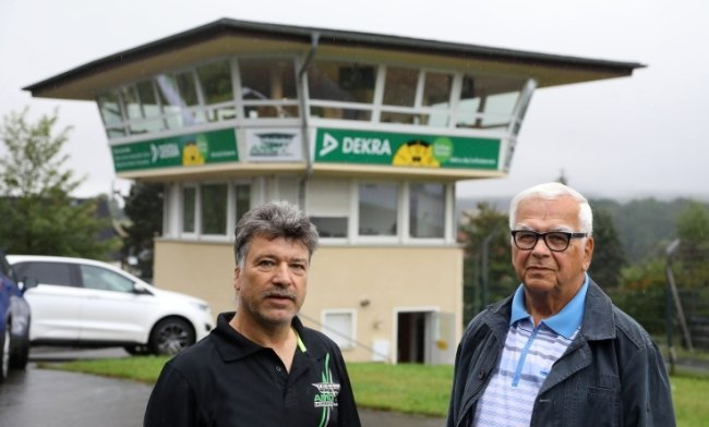 Der erste Vorstandsvorsitzende des AMC, Bernd Riedel (rechts) und der aktuelle Vereinschef, Olsen Hänel, arbeiten noch heute eng zusammen. Sie haben ein Stück Sachsenring-Geschichte mitgeschrieben.