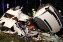 Der Fahrer des Kleinbusses erlitt bei dem Unfall tödliche Verletzungen.