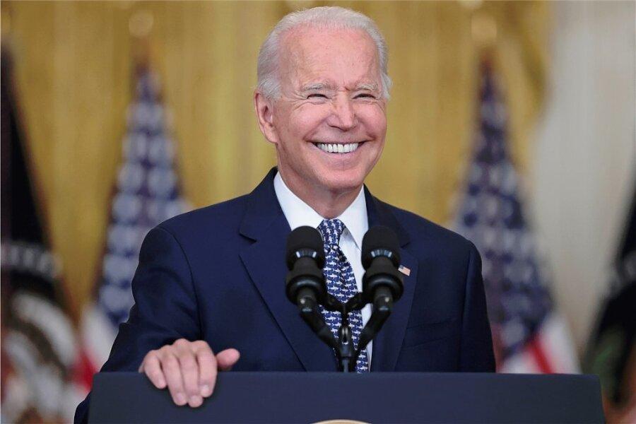 Joe Biden kann sich ein Lachen und einen Seitenhieb an seinen Vorgänger nicht verkneifen: Am Dienstagnachmittag hatte der Senat ein eine Billion Dollar schweres Infrastrukturgesetz beschlossen.