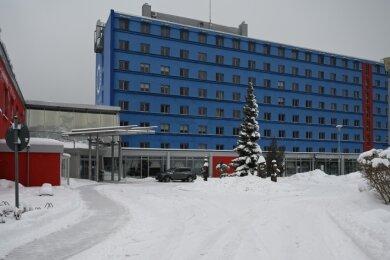 """Das Hotel Am Bühl in Eibenstock. Warum es den Beinamen """"Blaues Wunder"""" trägt, wird an der Fassade des Bettenhauses deutlich."""