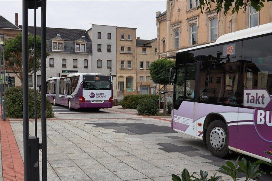 Auf der Busspur am neuen Stadtzentrum in Wilkau-Haßlau wurden Granitplatten durch Asphalt ersetzt. Die gesamte Fahrbahn neu zu bauen wird teuer. Ein besonderer Belag soll Probleme verhindern.