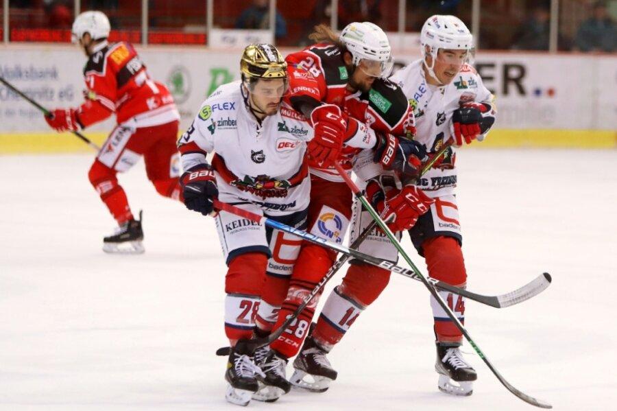 Eispiraten-Spieler Patrick Pohl wird im Spiel gegen Freiburg von Georg Jorden (links) und Simon Danner in die Zange genommen. Pohl verletzte sich später am Knie.