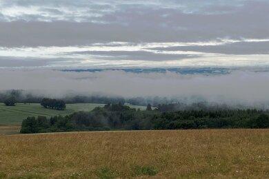 Nach einem der vielen Regengüsse im Juli: Blick von Schöneck durch Nebel auf das Vogtland.