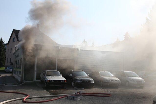 Brand in einem Autohaus in Lauter