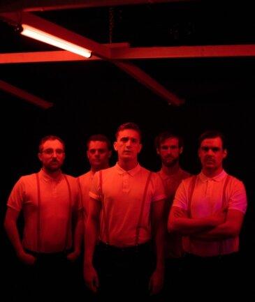 Steffen Israel (Gitarre), Till Brummer (Bass), Felix Brummer (Gesang) Max Marschk (Schlagzeug) und Karl Schumann (Gitarre und Gesang, von links) sind Kraftklub.
