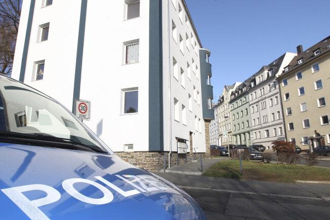 Nach einem Gewaltverbrechen im Oktober auf der Siegener Straße hat die Kripo die Tat am Donnerstagmorgen am Tatort rekonstruiert.
