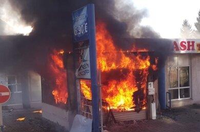 Bei einem Brand an einer stillgelegten Autowaschanlage in Reichenbach ist am heutigen Donnerstag das Vordach der Anlage beschädigt worden.