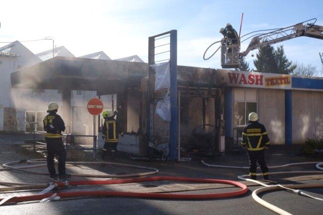 Mit 24 Feuerwehrleuten sei der Brand an der Neuberinstraße, gegenüber dem ehemaligen Renak-Kulturhaus, nach einer halben Stunde gelöscht gewesen, so Stadtwehrleiter Thomas Weck.