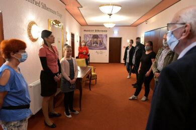 Im Hotel Kreller machten Maika und Amélie (11)  Kreller die Stadträte beim Rundgang auf ihre Situation aufmerksam