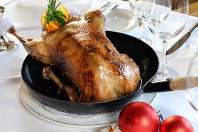 Es muss nicht immer Ente sein. Aber beliebt ist das Geflügel auf dem Festtisch im Vogtland allemal. Wer über andere Qualitäten als das Kochen verfügt, kann trotz Corona bei Plauens Gastronomen bestellen.