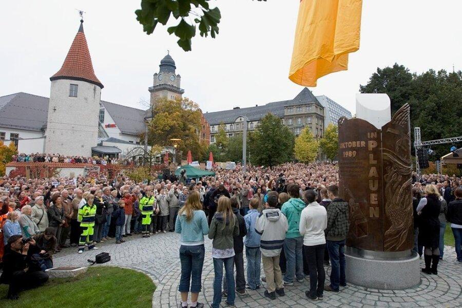 Wo die Erinnerung an die Friedliche Revolution 1989 lebt: Zur Enthüllung des von Peter Luban geschaffenen Bronze-Denkmals in Plauen am 7. Oktober 2010 waren mehr als 2500 Menschen geströmt.