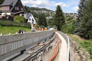Zurzeit wird am Berg in Crandorf die Stützmauer zur Straße hin gebaut. Diese Baustelle in Regie des Landkreises nutzt die Stadt zugleich, um ein Leerrohr für den Breitbandausbau verlegen zu lassen.