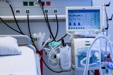 Ein Beatmungsgerät steht in einem Behandlungszimmer.