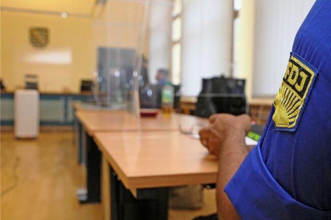Die Angeklagten, die aus Regensburg und Bremen stammen, haben zugegeben, dass sie auf den Zwickauer Rathausbalkon geklettert sind. Im Gerichtssaal treten sie zunächst im Blauhemd auf.