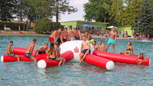 Im Fraureuther Bad ist die Gummikrake für die jungen Gäste ein Magnet. Die Zahl der Besucher blieb 2021 jedoch weit hinter denen der Vorjahre - wie in anderen Freibädern auch.