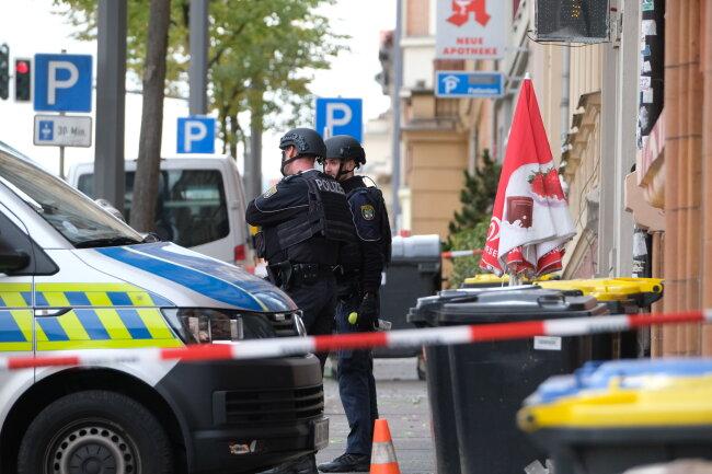Polizisten sichern die Umgebung in Halle. Bei Schüssen sind nach ersten Erkenntnissen zwei Menschen getötet worden.