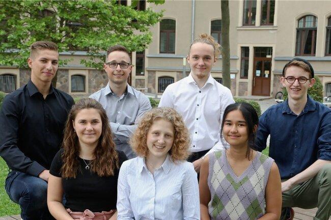 Kylie Friedrich, Nicola Höppner, Jenny Friedrich (vorn von links) sowie Fabrice Burkhardt-Medicke, Henry Lohwasser, Linus Müller und Lennart Baier (hinten von links) sind die Abiturienten am Glauchauer Gymnasium, die mit 1,0 abgeschlossen haben.