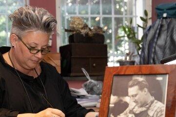Kathrin Haase pflegt das künstlerische Erbe ihres Großvaters Egon Rehm, der 20 Jahre lang die Schnitzschule geleitet hat.