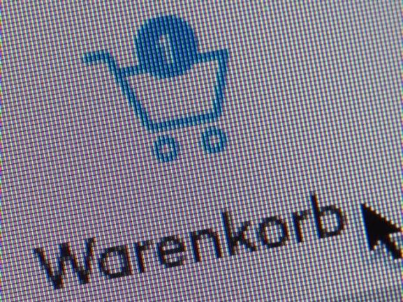 Die große Mehrheit der Verbraucher in Deutschland macht sich in der Corona-Krise Sorgen um das Überleben der Einzelhändler in ihrer Region. Das hindert viele von ihnen aber nicht daran, mehr im Internet einzukaufen als vor der Krise.