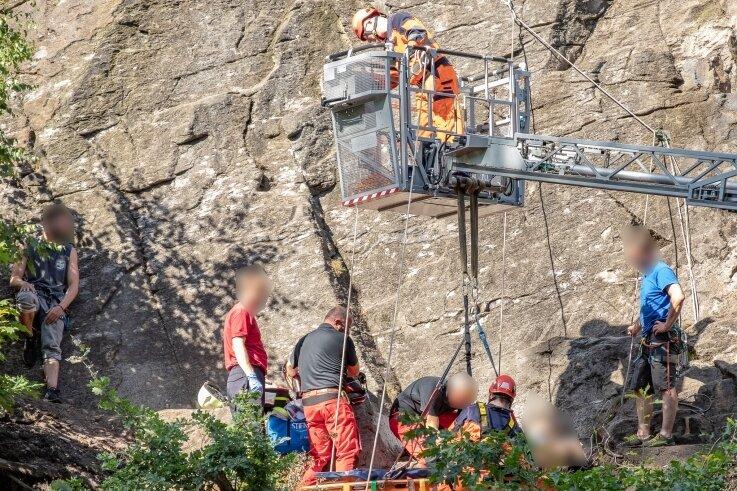 Der verunglückte Kletterer wurde von den Kameraden des Bergbau- und Höhenrettungszugs der Stadt Annaberg-Buchholz geborgen. Der 60-Jährige kam schwer verletzt mit dem Rettungshubschrauber in ein Krankenhaus.
