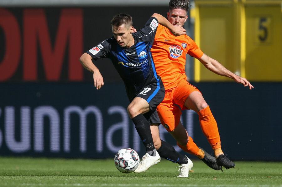 Paderborns Philipp Klement (l) im Kampf um den Ball mit Nicolai Rapp (r) aus Aue