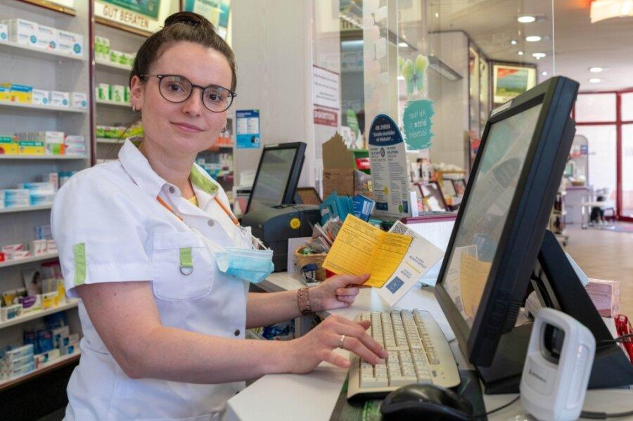 Ulrike Nitzsche-Burkhardt stellt in der Rochlitzer Merkur-Apotheke digitale Impfnachweise aus.