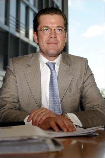 """Bundeswirtschaftsminister Karl-Theodor zu Guttenberg (CSU) hat vor dem Haushaltsausschuss des Bundestages die umstrittene Vergabe eines Auftrags für einen Gesetzentwurf an eine Anwaltskanzlei verteidigt. Er habe für """"völlige Transparenz"""" gesorgt, sagte Guttenberg nachdem er dem Ausschuss in Berlin Rede und Antwort gestanden hatte. Vertreter der Opposition sahen noch einzelne Punkte offen."""