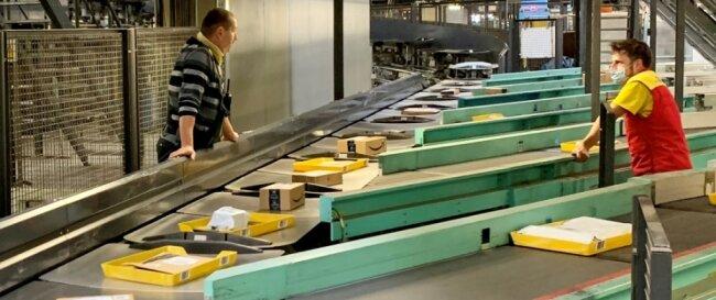 Pakete so weit das Auge reicht. Derzeit sorgen im Paketzentrum Neumark etwa 500 Beschäftigte für die Bewältigung der Sendungsflut, kleinere Päckchen werden im Briefzentrum Reinsdorf umgeschlagen.