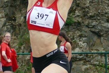 Nach fast zweijähriger Wettkampfpause war Helena Zietzsch wieder am Start. Die U-18-Athletin vom LV90 verpasste im Weitsprung als Vierte mit 5,23 Metern das Podest nur knapp.
