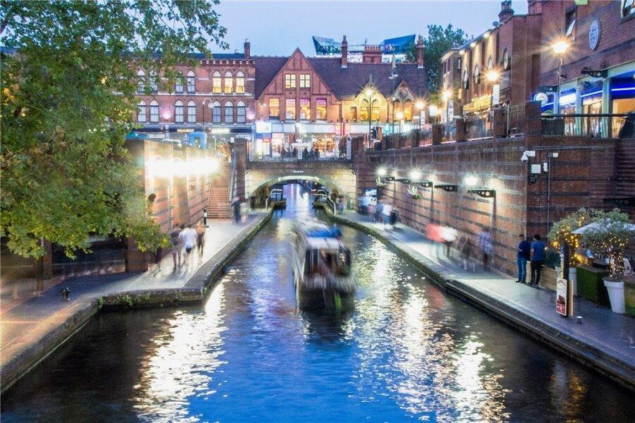 """Auf über 20 Kilometern schlängelt sich der Kanal """"Old Line"""" mitten durch Birmingham - vorbei an Pubs, Clubs und Restaurants in Backsteinbauten wie hier nahe der Broad Street."""