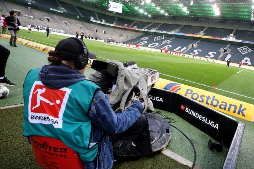Die TV-Kamera ist in Coronazeiten mit zuschauerfreien Spielen das einzige Auge der Öffentlichkeit für bewegte Bilder aus dem Stadion - wie hier im 54.010 Fans fassenden Borussia-Park in Mönchengladbach. Ob leere Ränge oder nicht: Die Vereine lassen sich die Fernsehübertragungsrechte gut bezahlen.