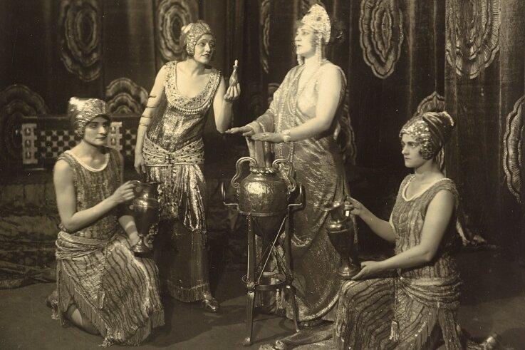 """""""Die ägyptische Helena"""", eine Oper von Richard Strauss, wurde am 6. Juni 1928 in Dresden uraufgeführt - mit Elisabeth Rethberg (2. v. r.) als Helena. Mit der Aufführung begannen die 1. Dresdner Opernfestspiele. In dieser Szene wirkten Maria Rajdl (2. v. l.) als Aithra sowie als deren Dienerinnen Sigrid Rothermel (l.) und Erna Berger mit."""