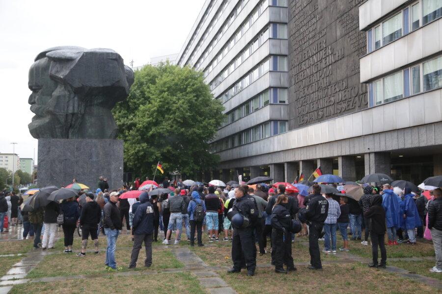 Schätzungsweise 1000 Menschen nahmen am Freitagabend an der Kundgebung von Pro Chemnitz teil. Später stieg die Zahl laut Versammlungsbehörde auf rund 2000 Menschen.