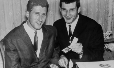 """1965: Jochen Effler (r.), hier gemeinsam mit seinem Bruder Arndt, zeigt nach der Verleihung der Auszeichnung """"Meister des Sports"""" mit Stolz die dazugehörige Plakette."""