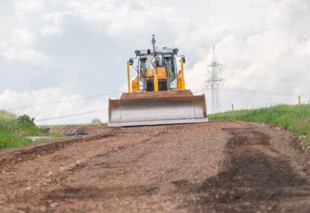 Zurzeit wird zwischen Seifersdorf und Pfaffenhain die Tragschicht für die neue, breitere Fahrbahn der Seifersdorfer Straße vorbereitet. Die Arbeiten sollen voraussichtlich bis zum 23. Juli dauern.