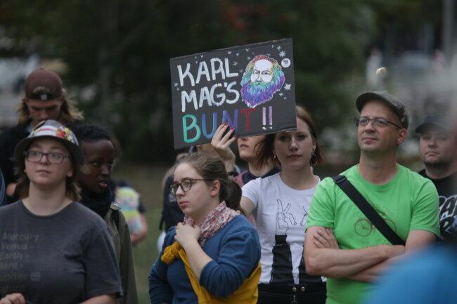 Dagegen protestierten im Stadthallenpark bis zu 400 Menschen.